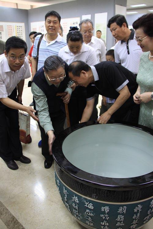 著名书法大家观看镌刻有赵勇书法作品烧制成的大缸